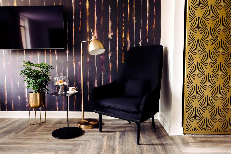 Hotel-Deco-blackchair637b